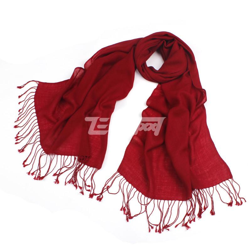 暗红色外套搭配围巾